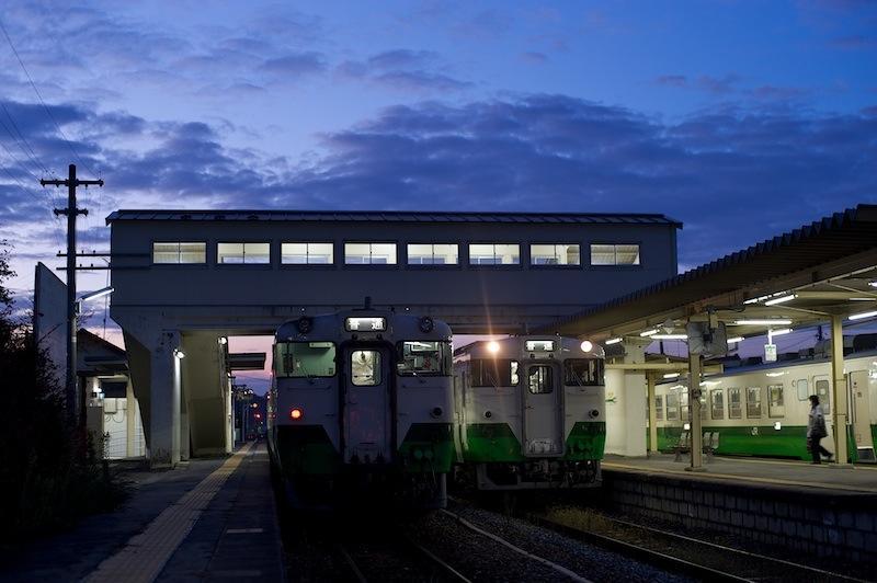 111112 列車の並ぶ前谷地駅