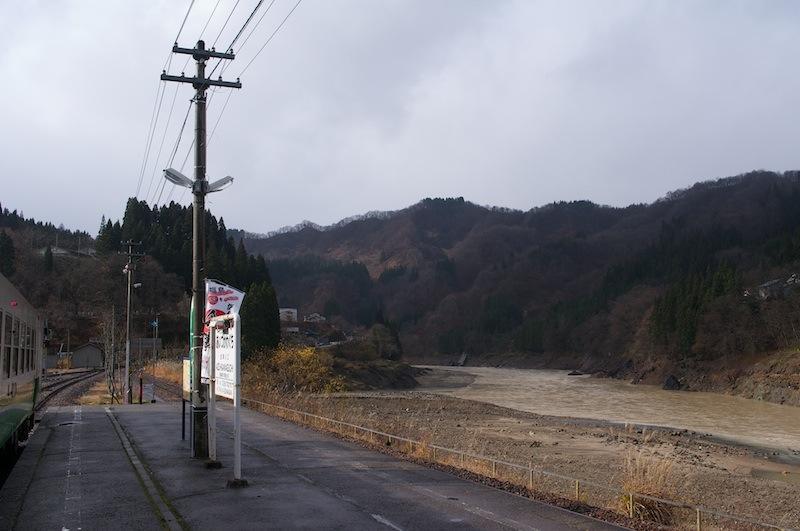 111204 会津川口駅ホームから見た只見川