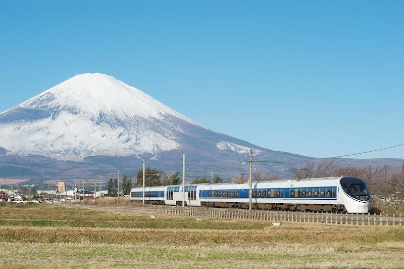 111211 富士山を背に走るあさぎり2号