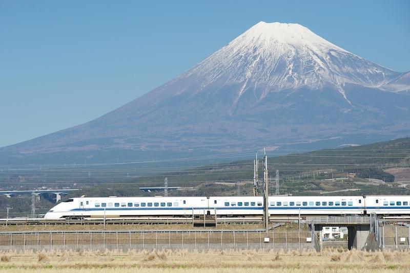 111211 富士山を背に走る300系新幹線