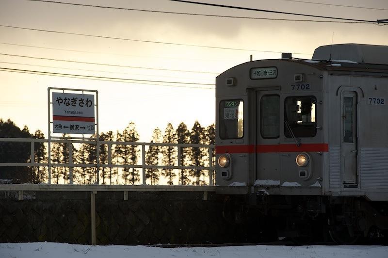 111217 夕空の柳沢駅と電車