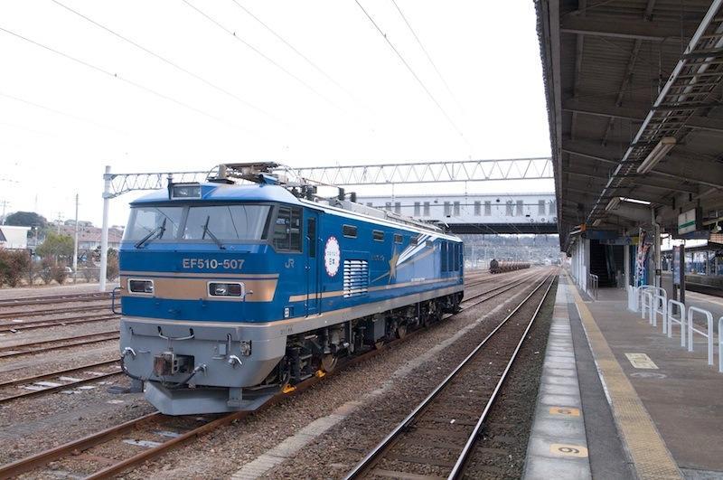 120101 泉駅停車中の北斗星塗装の機関車