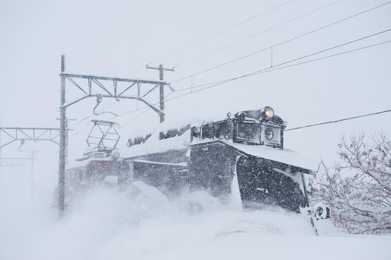 120128 吹雪の中を走る大鰐線除雪列車