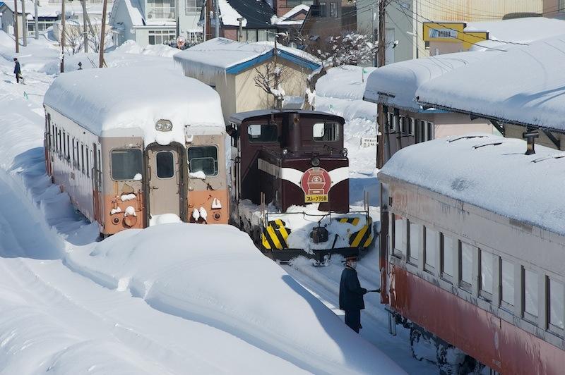 120129 津軽鉄道機関車連結中