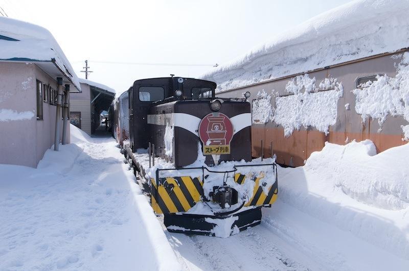 120129 津軽五所川原駅停車中のストーブ列車