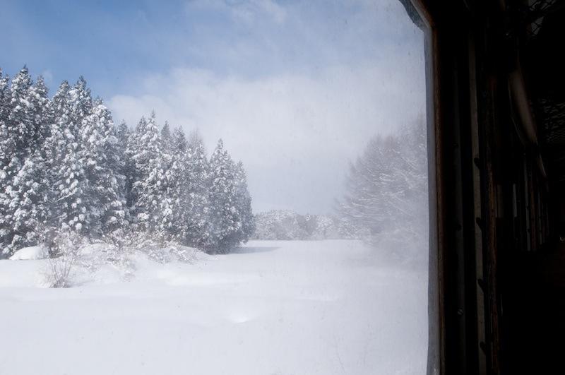 120129 雪煙を上げて走る車窓