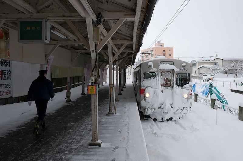 120128 雪の中央弘前駅ホーム