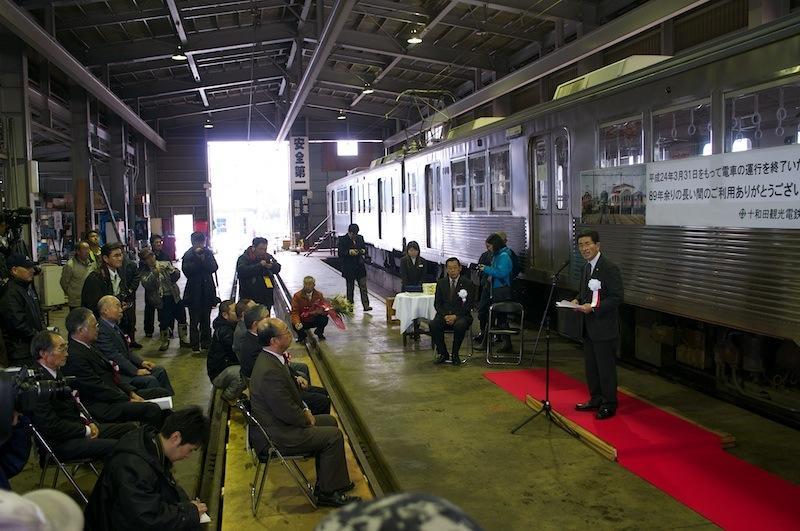 120331 車庫内での列車運行終了式典
