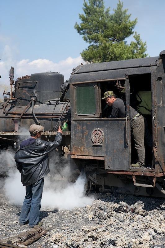 120503 蒸機で会話中の鉄道員