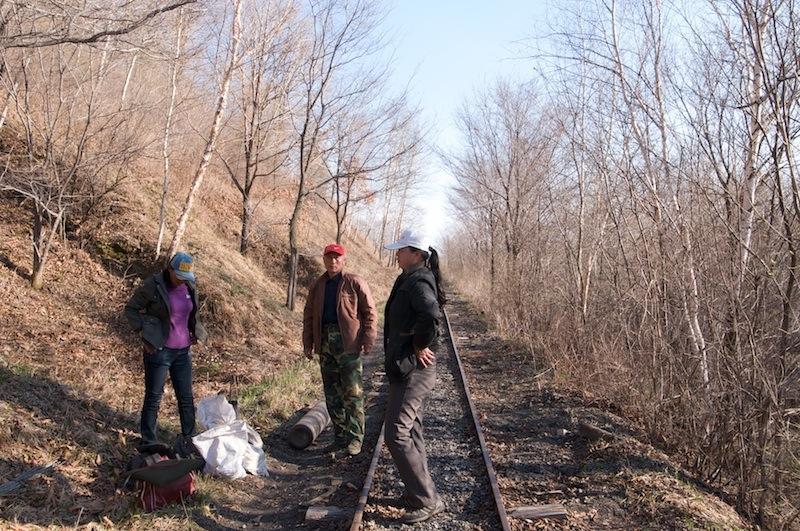 120503 廃線区間途中の作業員