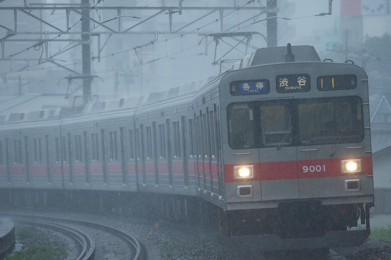 120806 俄雨の中を走る東急9000系