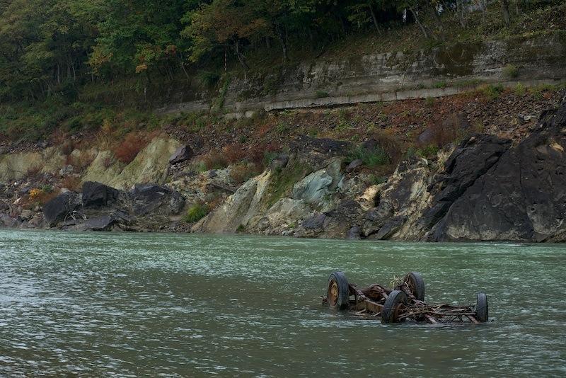 121028 川に残る自動車