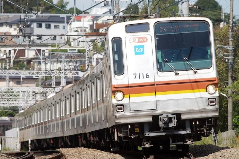 121013 菊名駅近くを走る東京メトロ7000系