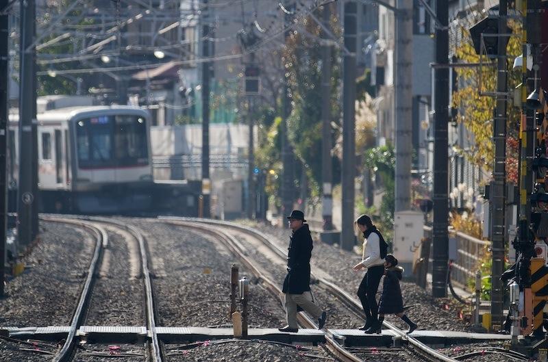 121208 白楽駅近くの踏切と上り電車