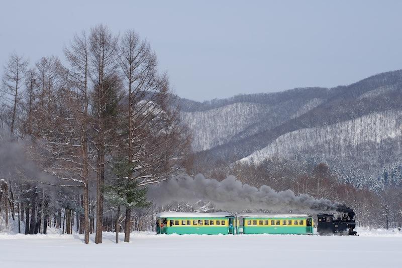 121215 雪の武利ダムを背景に走る雨宮21号