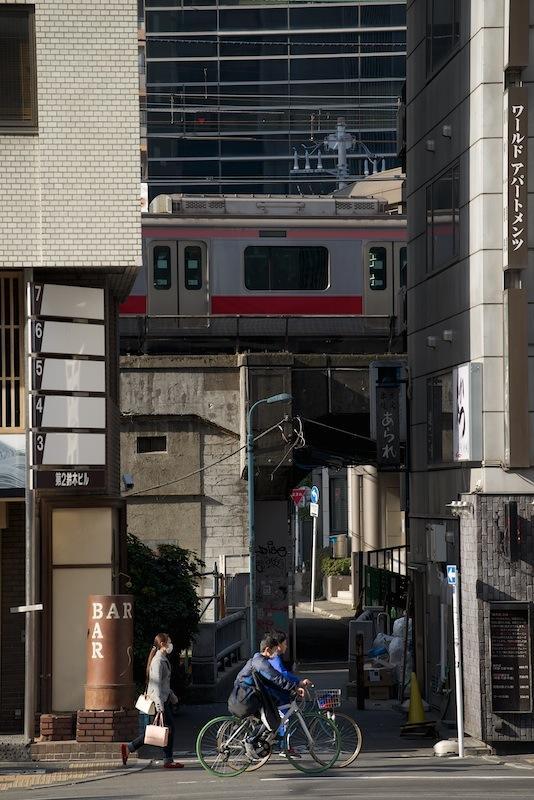 130309 金王橋の路地先を行く東横線
