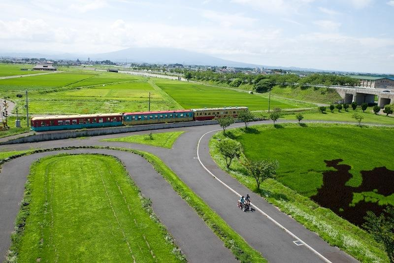 130803 田んぼアート展望台から見た旧黒石線車両
