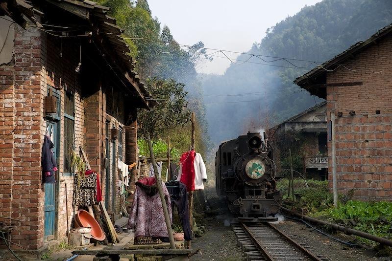 131230 黄村の軒先を走る蒸気機関車