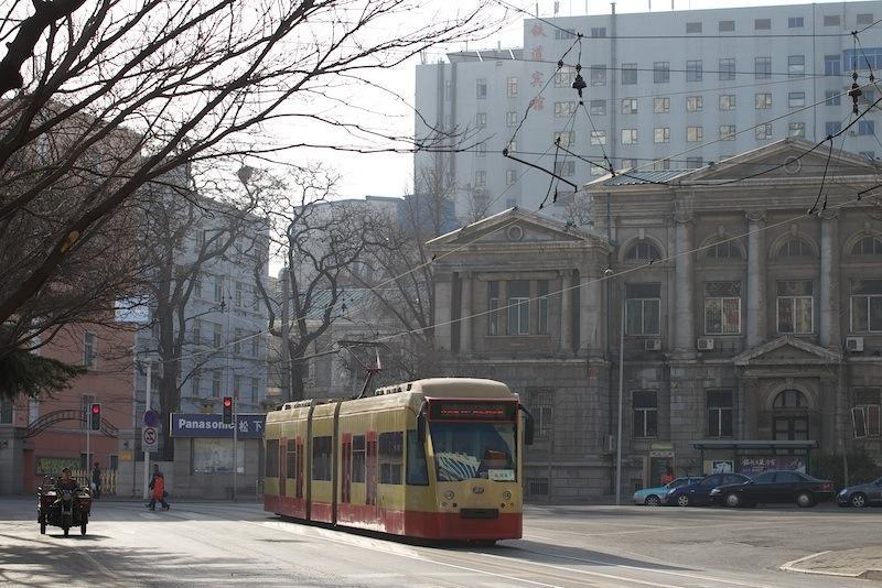 140101 旧満鉄本社前で信号待ちの連接車