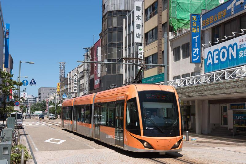 150720 駅前電車通りを走るFUKURAM F1001