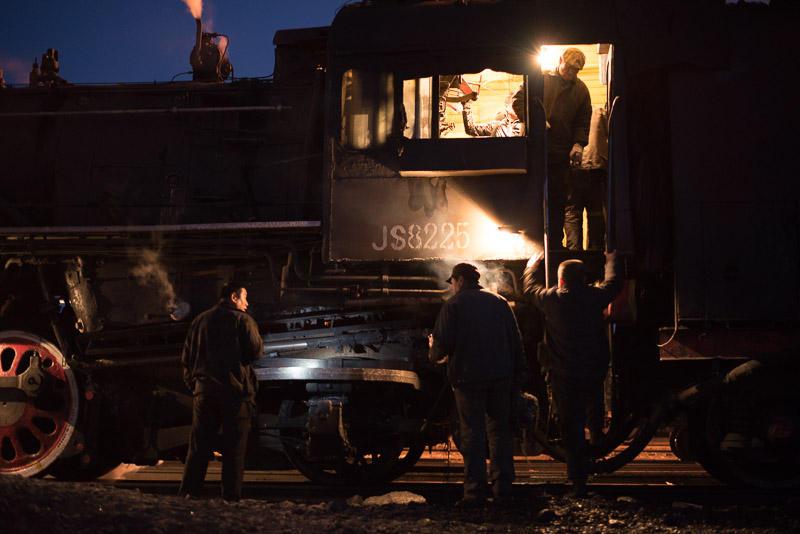 151228 通勤機関車に乗り込む鉄道員たち