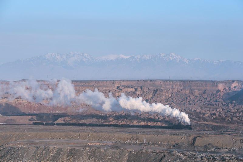 151230 露天鉱を走る蒸機と天山山脈