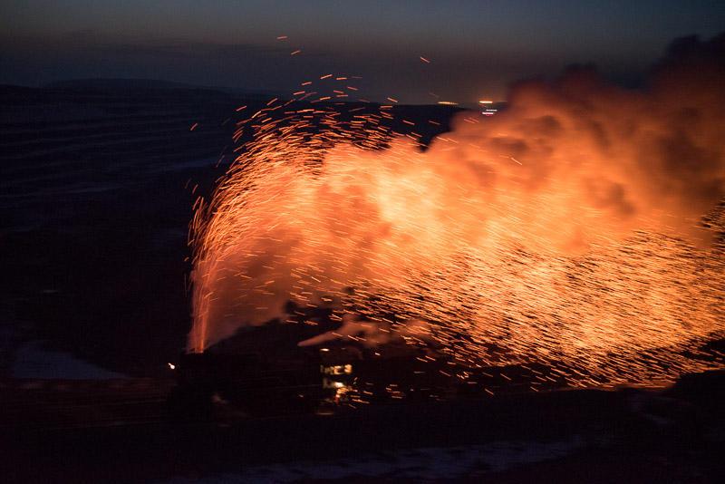 151228 露天鉱の縁を火花を上げて走る