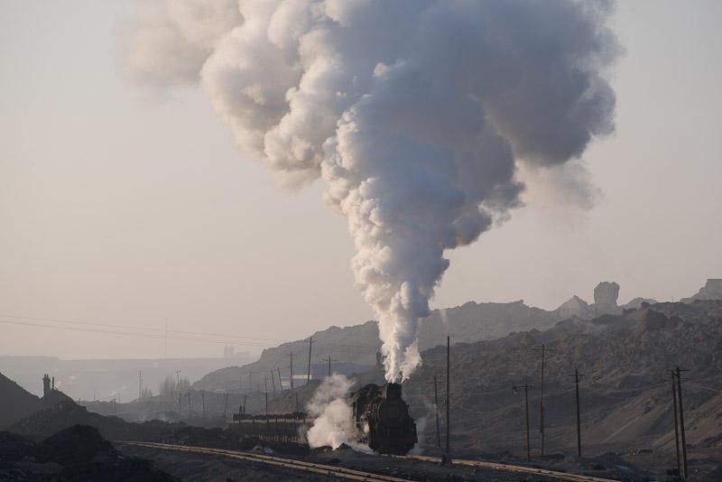 151229 岩場バックで露天鉱を発車する蒸機