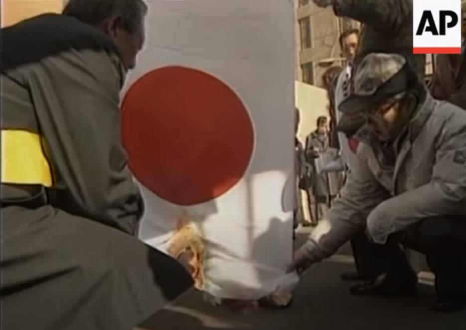 日本国旗を燃やすデモ隊