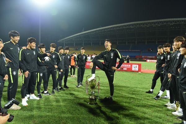 トロフィーを踏みつける韓国代表選手