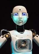 ほっぺが青白く光っている少年型ロボット