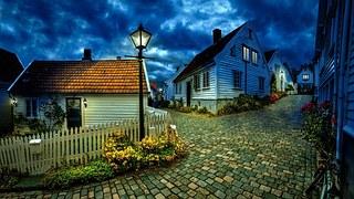 青みがかった闇に包まれた不気味な村