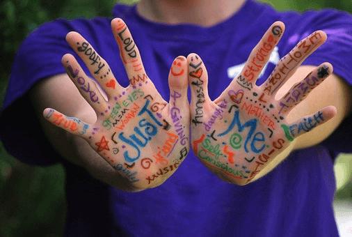 手のひらにカラフルな英単語が書かれている