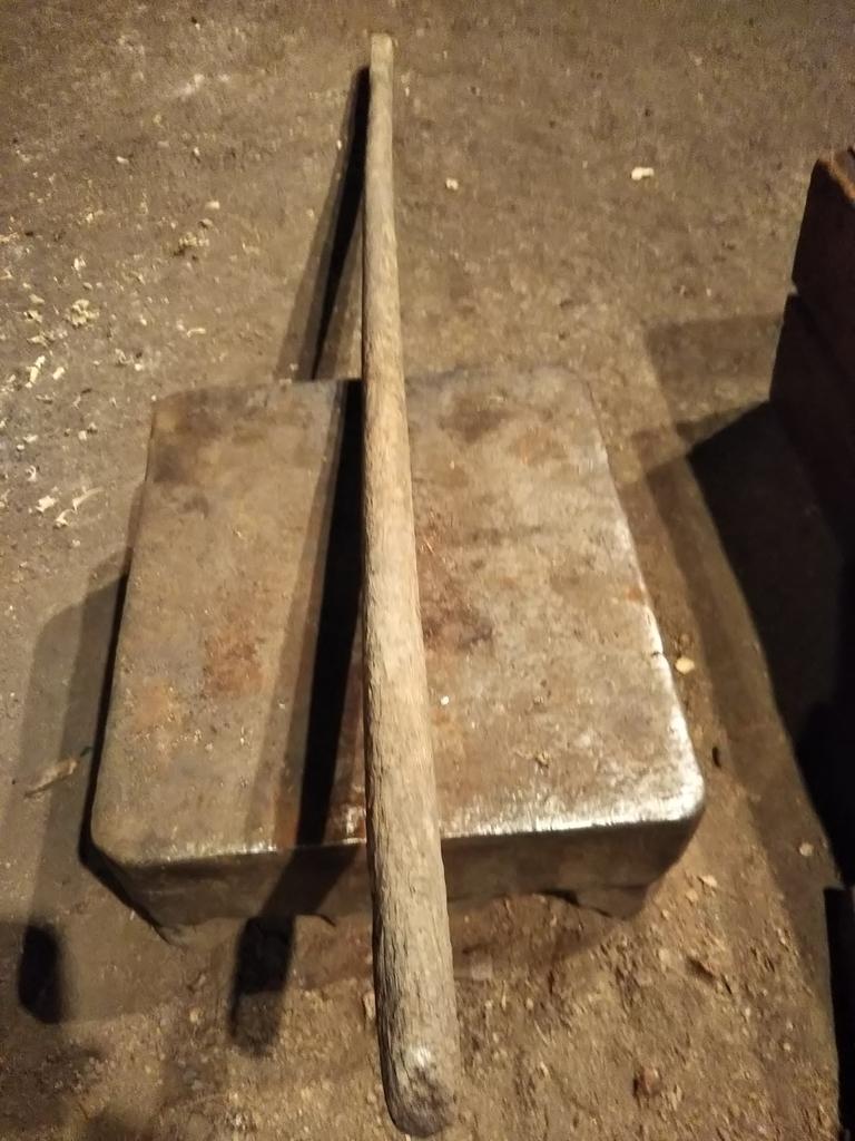 緩やかに右に曲がった古い鍬の柄
