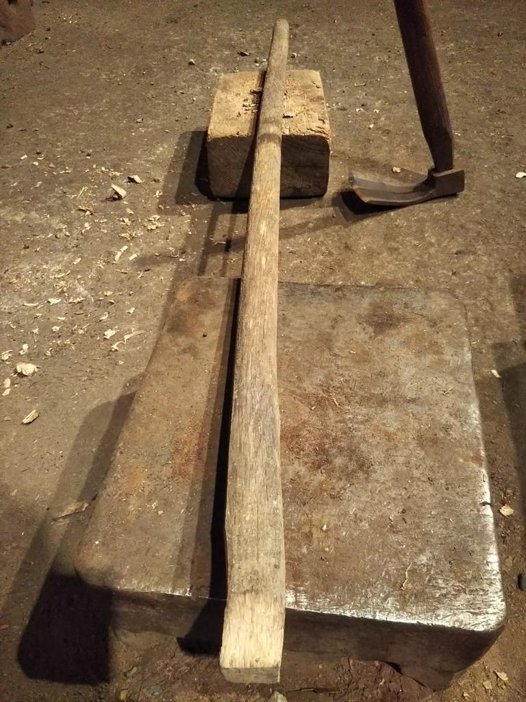 角度が変わるように片方を長くえぐるように削り、もう片方を短く削った鍬の柄