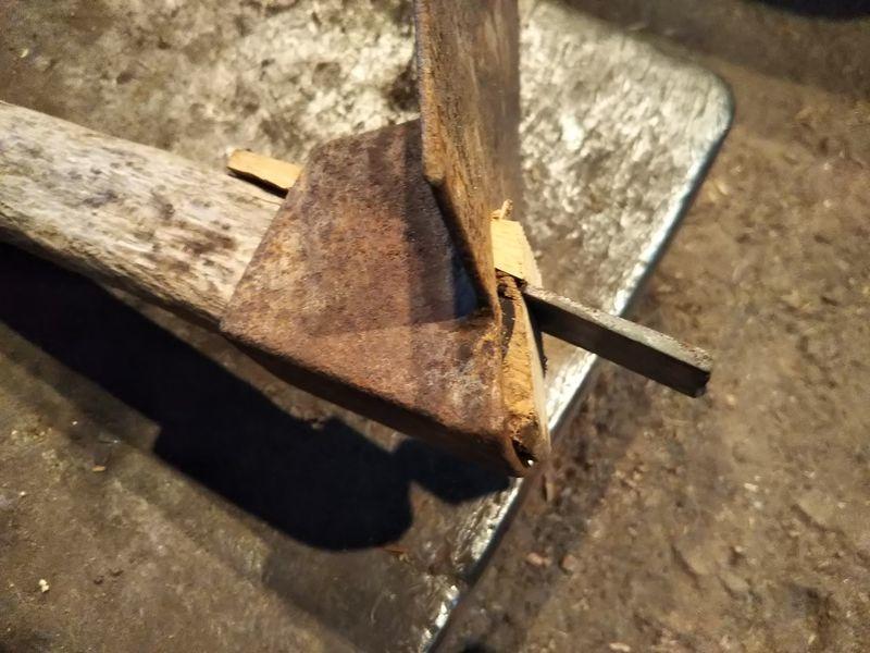 柄と木の杭の間に入れた平クサビ