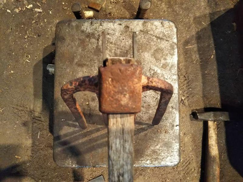 ヒツの両側に同じ厚みのクサビを一枚ずつ打った鍬