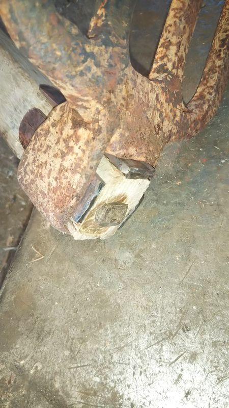 平クサビを隙間無く打ち中心にトンガリクサビを打った鍬