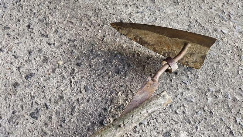 柄が朽ちて柄差し部分が折れて外れかかっている三角ホーのアップ