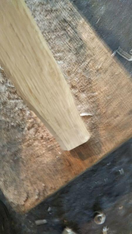 先端を丸く削った鍬の柄