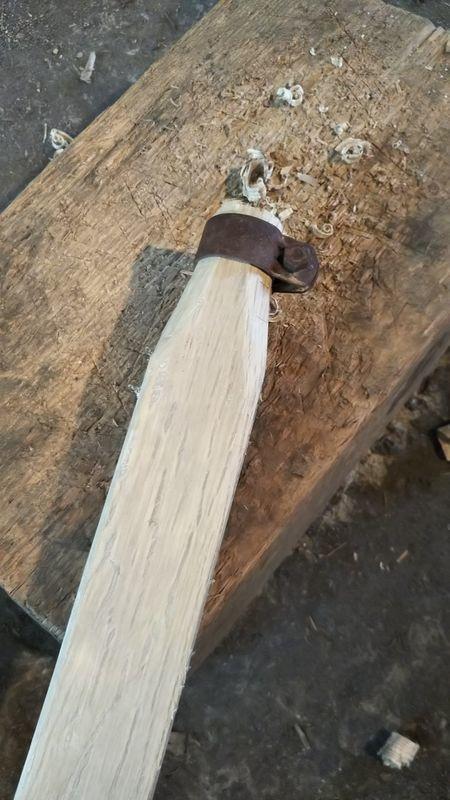 先端にリングを入れた鍬の柄