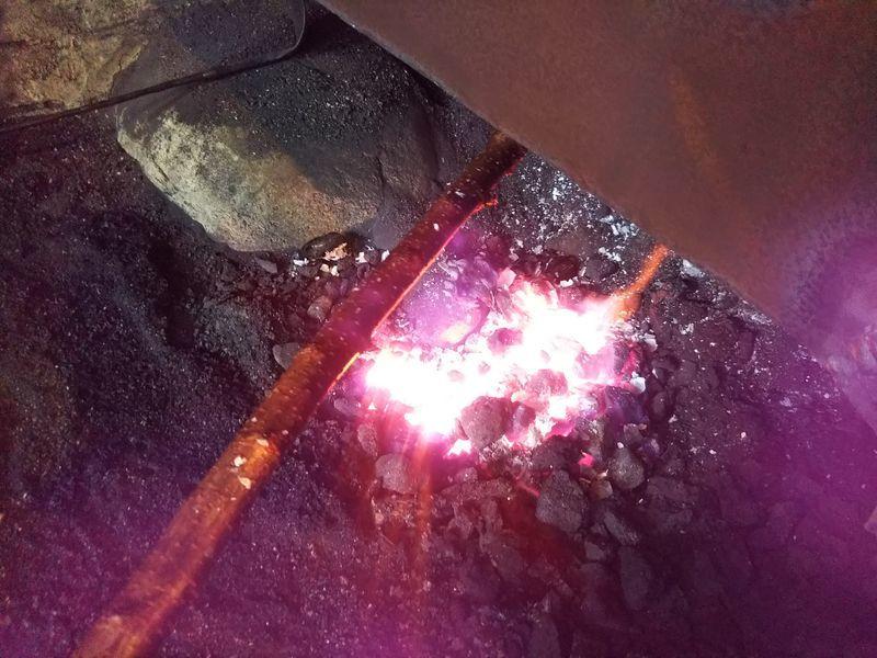 火で炙られている桜の枝