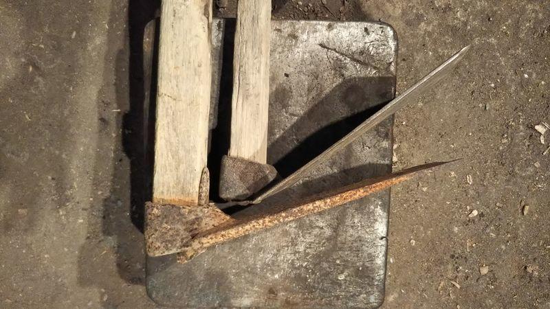アップで撮影された横向きに寝かせて並べてある板鍬と山鍬