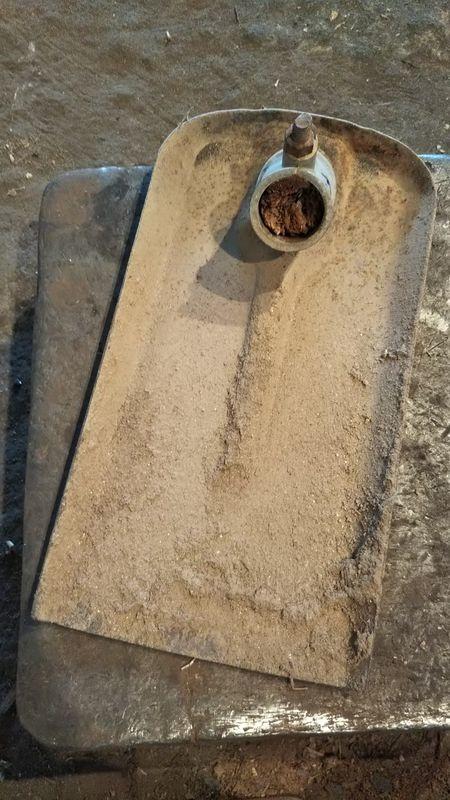 金具を残して根元から柄の折れた鋤簾