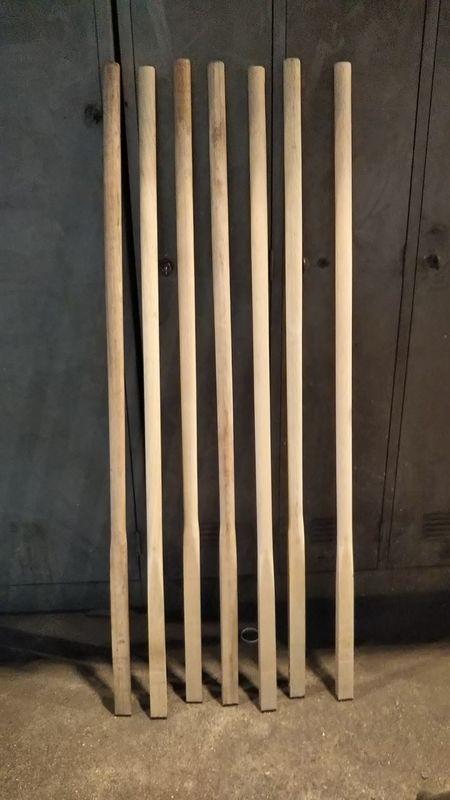 立てて置いてある7本の鍬の柄