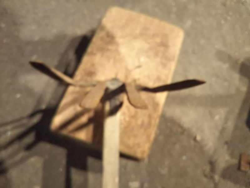 両端の爪が万歳するように曲がった四つ鍬