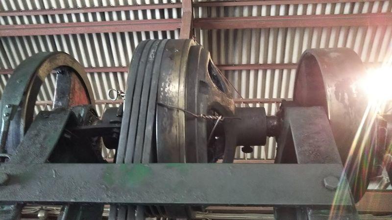 針金を巻かれたベルトハンマーのホイール