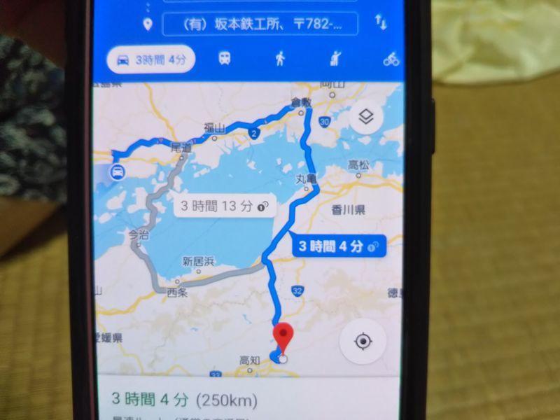 目的地までの行程を示したスマートフォンのカーナビゲーションシステム