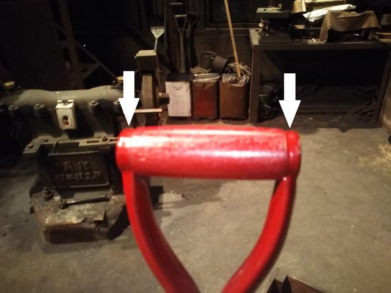 スコップの柄の握り部分の両端を指した矢印