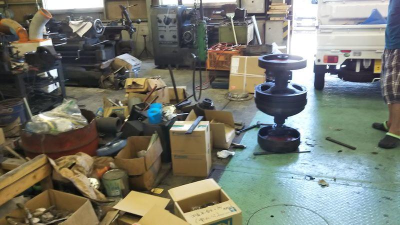 工場内に置かれたベルトハンマーの故障部分